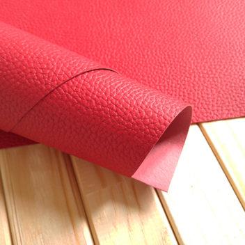 Ярко-красный кожзаменитель с крупным тиснением под кожу