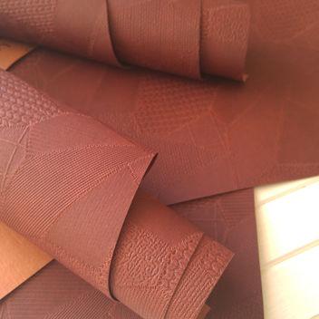 Красновато-коричневый кожзаменитель с тиснением Печворк
