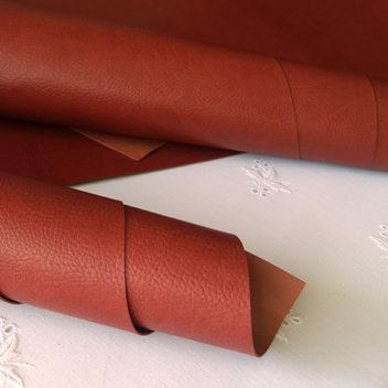 Кирпично-красный кожзаменитель с тиснением под кожу