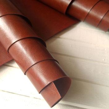 Глянцевый красновато-коричневый переплетный кожзам
