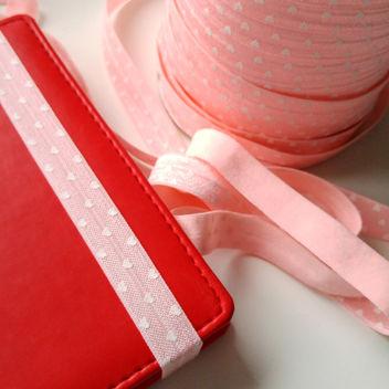 Широкая розовая резинка с белыми сердечками