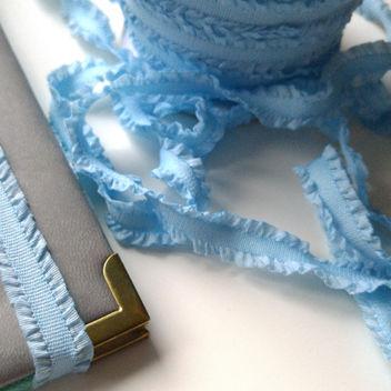Широкая голубая резинка с волнистыми краями