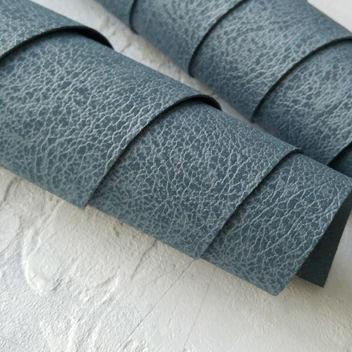 Серовато-синий кожзаменитель с поверхностью под плюш