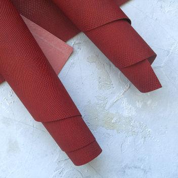 Вишнёво-красный кожзаменитель Питон