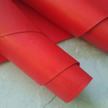 Ярко-красный кожзаменитель с тиснением Кожа змеи