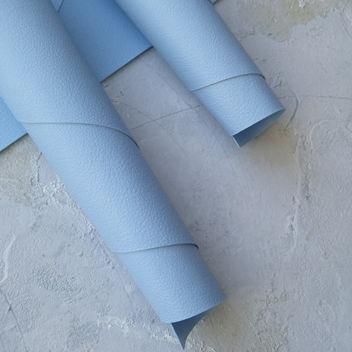 Светло-голубой кожзаменитель с мелким тиснением под кожу
