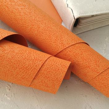 Оранжевый кожзаменитель с поверхностью под плюш