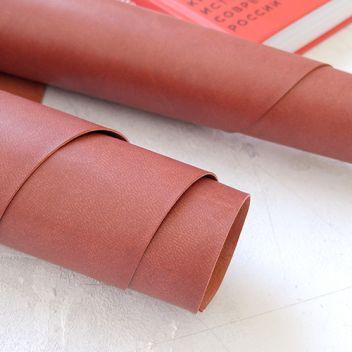 Красновато-коричневый переплетный кожзаменитель