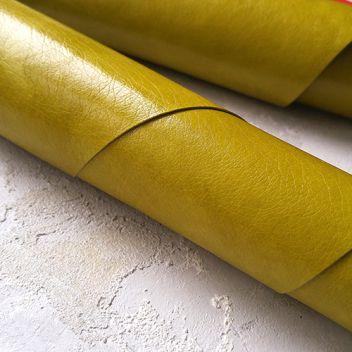 Глянцевый оливково-зеленый кожзам с мокрым эффектом