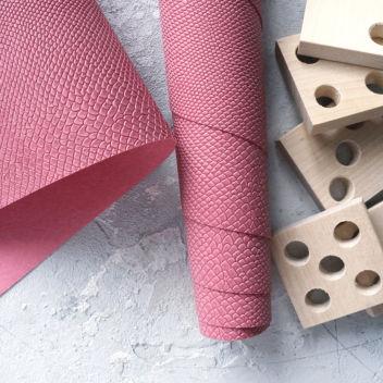 Тёмно-розовый кожзаменитель Питон
