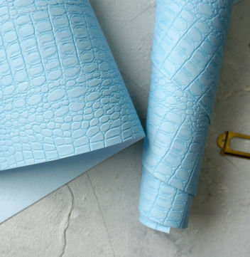 Светло-голубой кожзаменитель Крокодил
